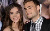 romeo-and-juliet-hailee-steinfeld-douglas-booth-kiss