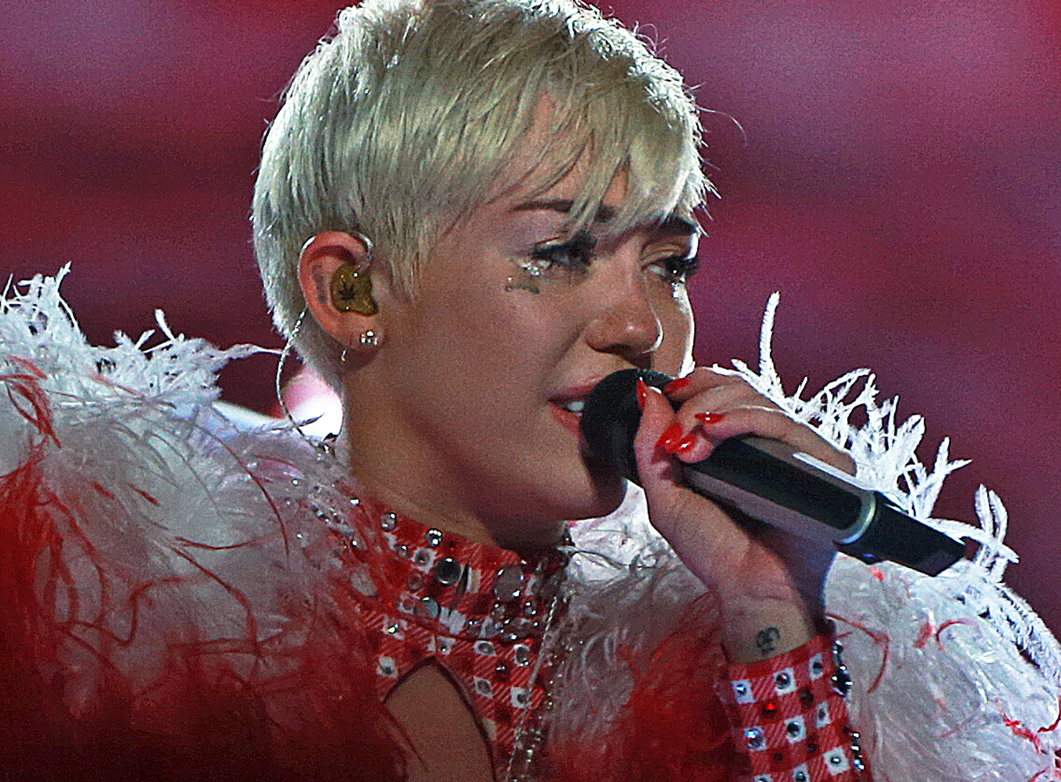 miley-cyrus-crying-on-stage