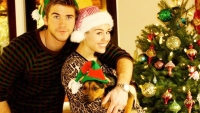 miley-cyrus-liam-hemsworth-christmas-cute
