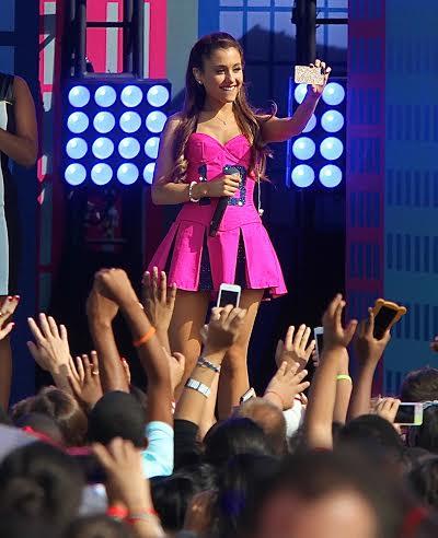 star-selfie-onstage-ariana-grande