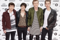 the-vamps-connor-ball-knee