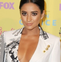 shay-mitchell-pet-pig