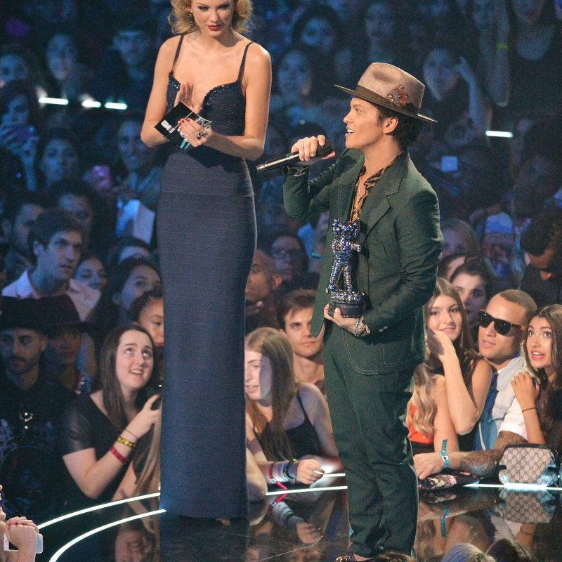 10 Photos Of Taylor Swift Towering Over Other Stars J 14