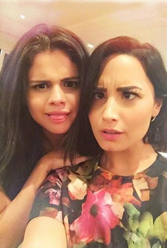 selena and demi selfie