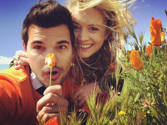 taylor lautner and billie lourd poppy field selfie 2