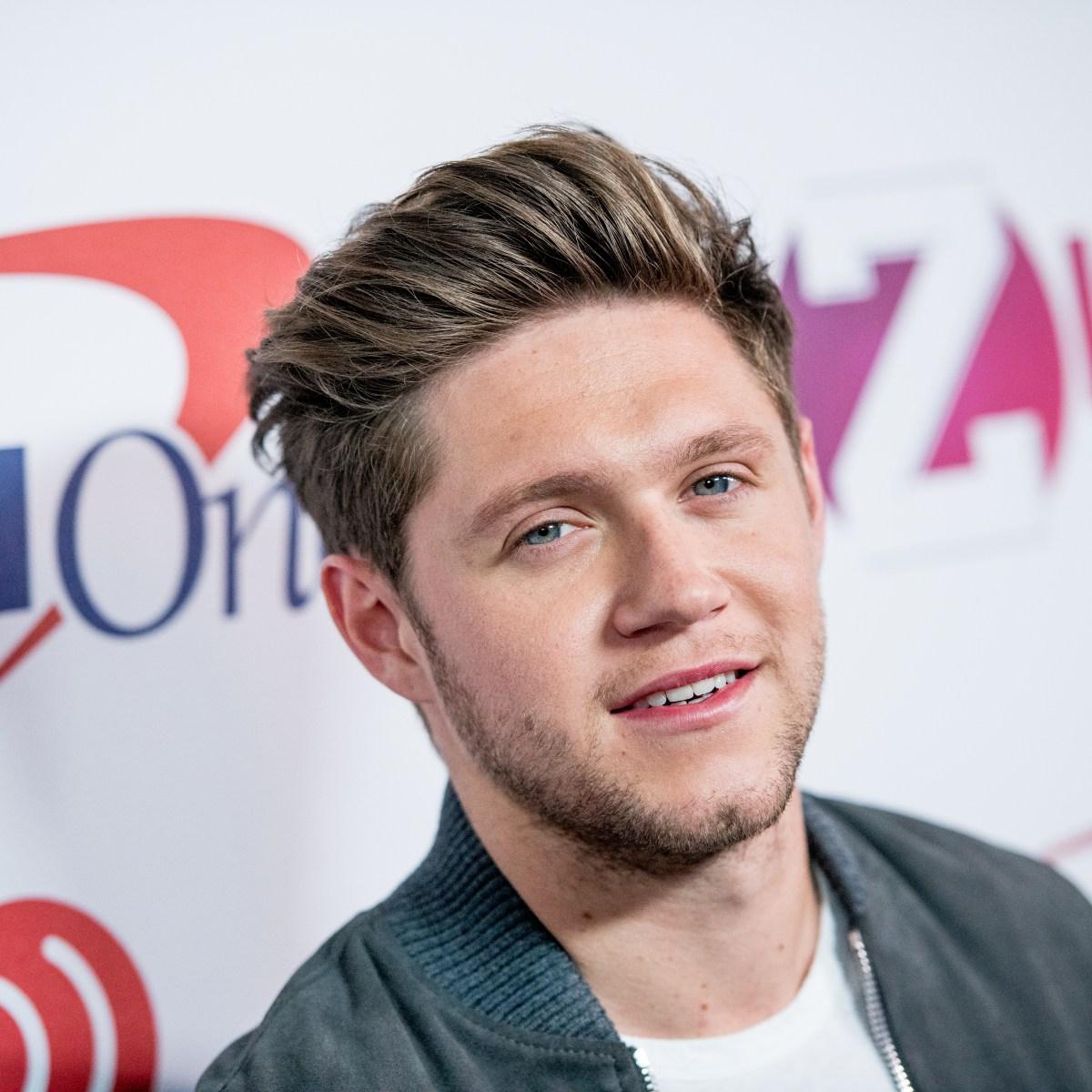 Guys Celebrities With Earrings Harry