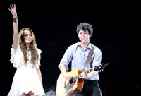 Nick-Jonas-and-Miley-Cyrus-in-concert