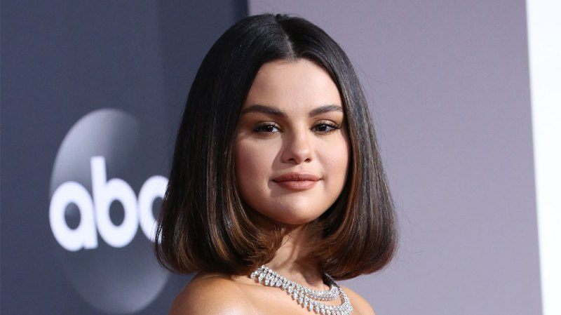 Selena Gomez Squirms After Touching Live Worms On 'The Tonight Show'